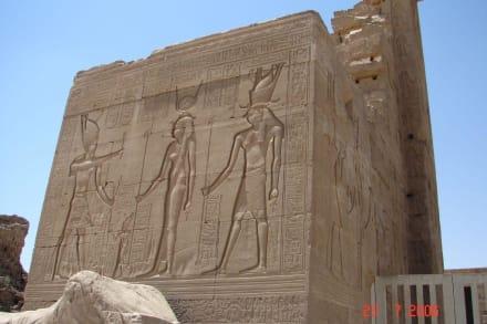Hathor Tempel - Relief am Eingang - Hathor Tempel Dendera