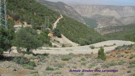 Schmale Straße ohne Leitplanke - Atlas