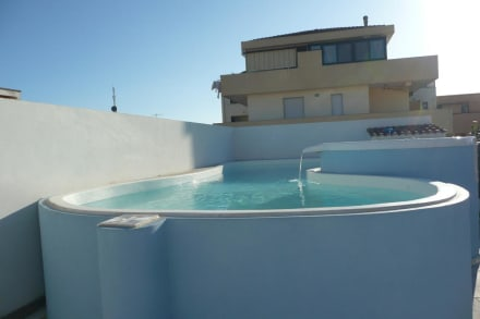 kleiner pool auf der dachterrasse bild hotel domomea in alghero sardinien italien. Black Bedroom Furniture Sets. Home Design Ideas