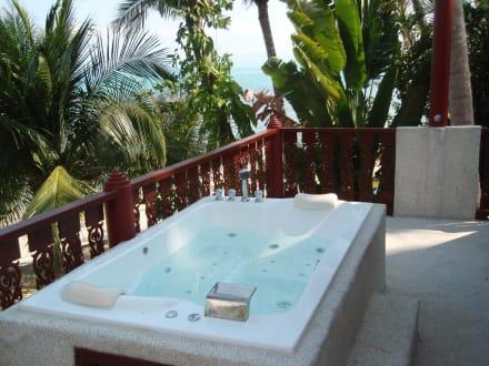 jacuzzi auf balkon bild coconut village in big buddha beach bang po beach koh samui thailand. Black Bedroom Furniture Sets. Home Design Ideas