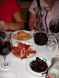 Zwei der Gänge Schinken, Oliven und Gambas - Restaurant O Charneco