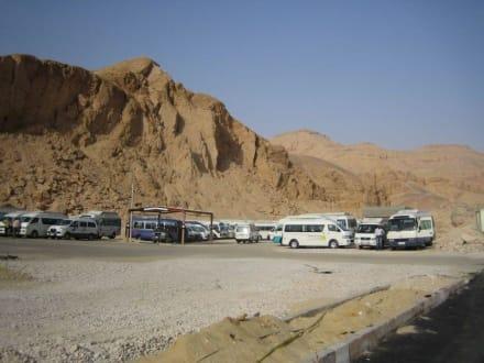 Busparkplatz vor dem Tal der Könige - Tal der Könige