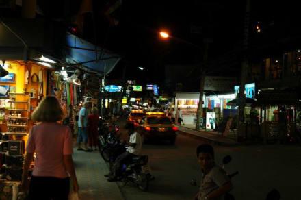 Um 19.00 Uhr ist es noch leer - Chaweng Road