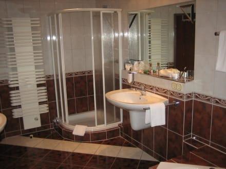 Badezimmer dusche u ein von zwei waschbecken bild b der park hotel sieben welten therme spa - Badezimmer zwei waschbecken ...