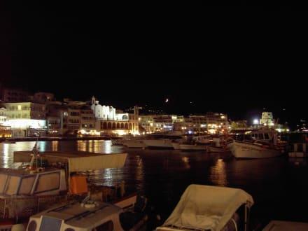 Abends an der Hafenpromenade - Hafen Pigadia