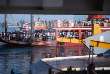 Gegenverkehr - Likoni Fähre von Mombasa
