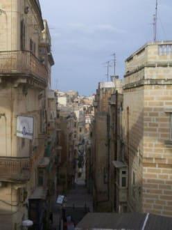 Eine schmale Straße bei den Upper Barracca Gardens - Altstadt Valletta