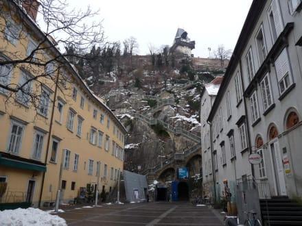 Schloßbergplatz mit Blick hinauf auf den Uhrturm - Schlossberg Graz
