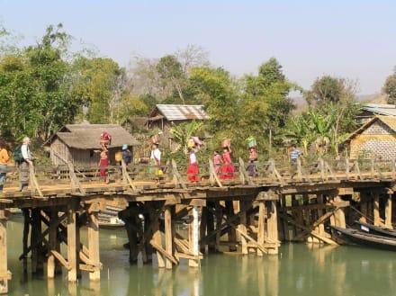 Die Frauen des Intha Stammes verlassen den Markt - Markt in Indein