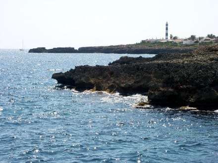 Cap d' Artrutx, im Hintergrund der Leuchtturm - Leuchtturm am Cap d'Artrutx