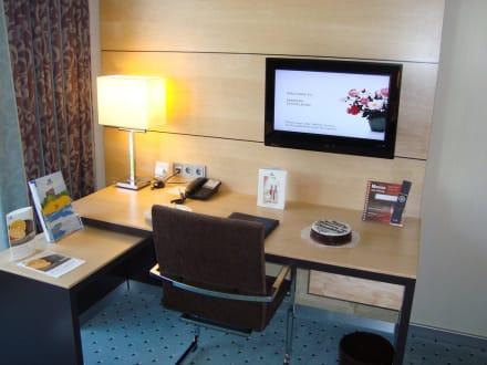 flattv mini b ro bild maritim hotel d sseldorf airport. Black Bedroom Furniture Sets. Home Design Ideas