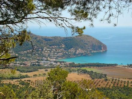 Blick aus den Bergen in die Bucht von Canyamel - Strand Canyamel