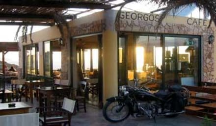 Eingang mit Oldtimer Motorrädern - Taverne Geogos