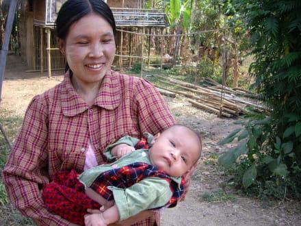 Mutter mit Kleinkind - Inle See