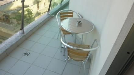 kleiner tisch und st hle auf dem balkon bild hotel ramada plaza antalya in antalya t rkische. Black Bedroom Furniture Sets. Home Design Ideas