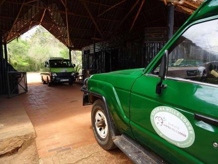 2 DM Tours Fahrzeuge am Shimba Gate - D.M.-Tours