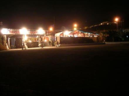 Georges Strandbar bei Nacht - Taverne Georges Skamagas