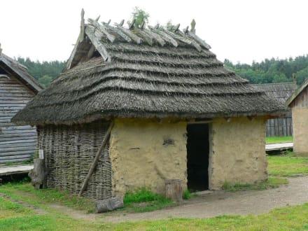Hüttenbau - Archäologisches Freilichtmuseum Groß-Raden (altslawischer Tempelort)