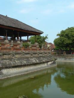 WASSERGRABEN  AM GERICHT - Gerichtsgebäude in Klungkung / Kerta Gosa
