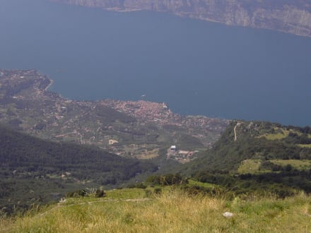 Blick vom Berg Monte Baldo auf Malcesine - Monte Baldo