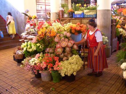 Blumenfrau an ihrem Stand - Markthalle Mercado dos Lavradores