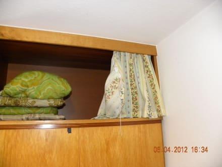 omas schrank mit gardine bild apartments haus rosmarie haus reinhard in s lden tirol. Black Bedroom Furniture Sets. Home Design Ideas