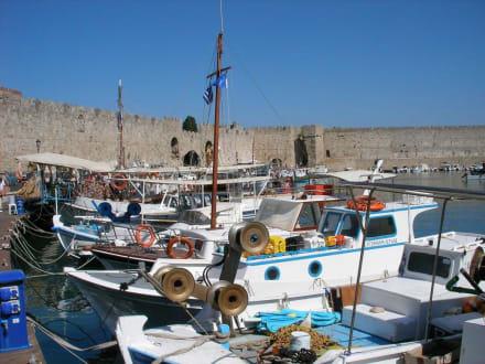 Altstadtmauern im Hafen - Yachthafen Mandraki