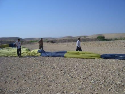 Der Ballon wird wieder verpackt - Ballonfahrt Luxor