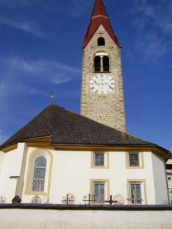 Kirche Enneberg Pfarre - Wandern St. Vigil in Enneberg
