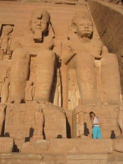 2 Statuen vor dem Tempel von Abu Simbel - Tempel von Abu Simbel