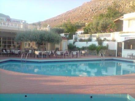 Blick auf den Pool - Hotel Karavos