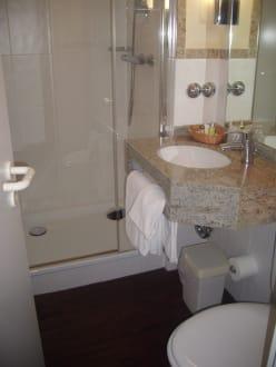 badezimmer war extrem klein aber recht modern bild. Black Bedroom Furniture Sets. Home Design Ideas
