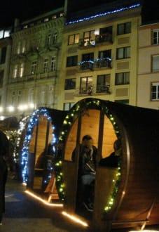 Weihnachtsmarkt Mainz.Das Weihnachtdorf Mit Seinen Fässern Bild Weihnachtsmarkt Mainz In