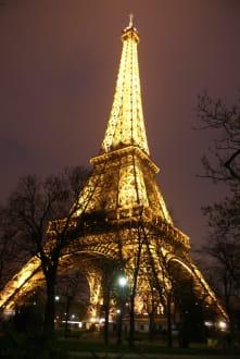 eiffelturm bei nacht bild eiffelturm in paris. Black Bedroom Furniture Sets. Home Design Ideas