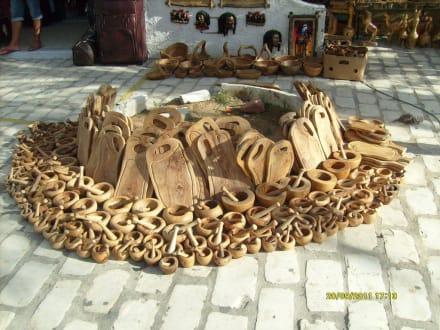 bild holz vor der h tten souvenirs bilder port el kantaoui gro raum monastir tunesien. Black Bedroom Furniture Sets. Home Design Ideas