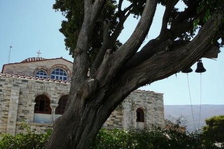 Der Glockenturm der Kirche... - Panagia Ekatontapiliani