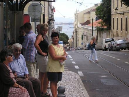 Wir warten auf die Straßenbahn - Miradouro d. S. Luzia