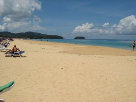 Karon Beach. Blickrichtung Süd zur Insel Pu - Strand Karon