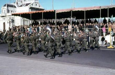 Das Militär vor der Honoratioren-Tribüne - Unabhängigkeitstag