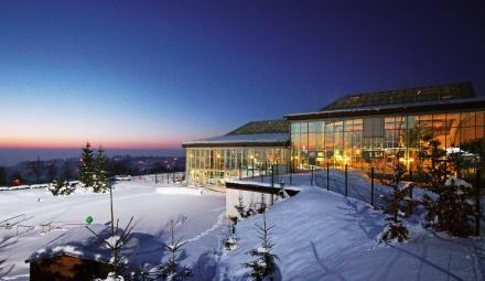 Außenansicht Winter Nacht - IFA Schöneck Hotel & Ferienpark