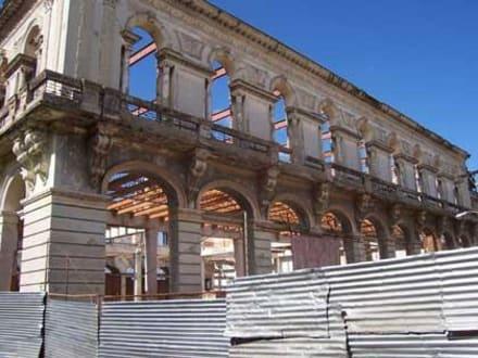 Ruine eines ehemaligen Bacardi Gebäudes - Altstadt Santiago de Cuba
