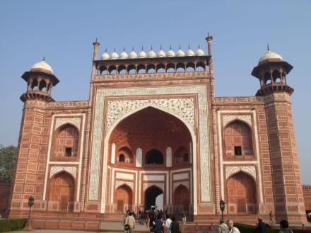 Vor dem Eingangsgebäude zum Taj Mahal - Taj Mahal