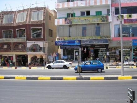 Hauptstrasse mit Geschäften - Einkaufen & Shopping