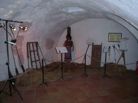 Ausstellungsraum mit Scheiterhaufen - Foltermuseum