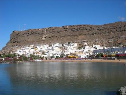 Strand mit Blick auf das Fischerdörfchen - Strand Puerto de Mogán