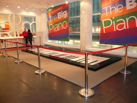 Das berühmte Boden-Klavier bei F.A.O. Schwarz - Spielzeugladen F.A.O Schwarz