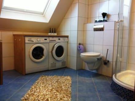 waschmaschine und trockner im gro z gigen bad bild nordsee suite ferienwohnung in esens. Black Bedroom Furniture Sets. Home Design Ideas