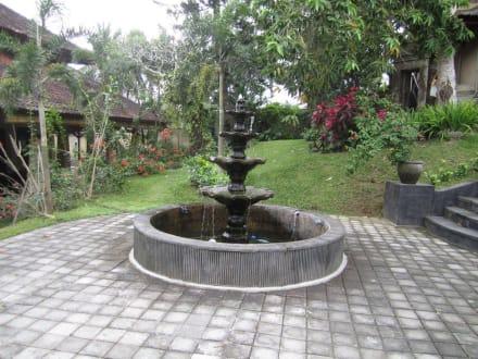kleiner brunnen im garten bild hotel camplung sari champlung sari in ubud bali indonesien. Black Bedroom Furniture Sets. Home Design Ideas