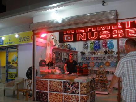 Sein neuer Stand in der Einkaufspasage - Mehmets Nüsse (geschlossen)