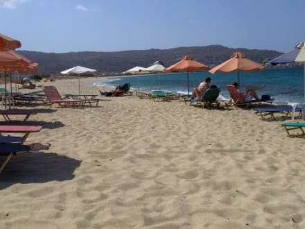 Plaka Beach am Vormittag - Strand Plaka